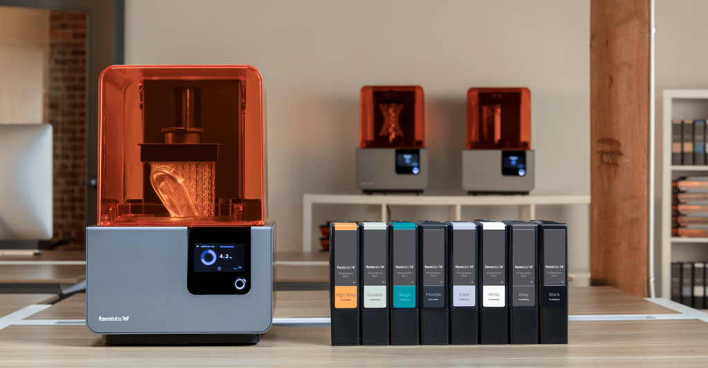 3D štampač Form 2 kompanije Fromlabs stoji na stolu uz paletu materijala.