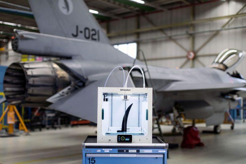Ultimaker S5 3D štampač ispred vojnog aviona