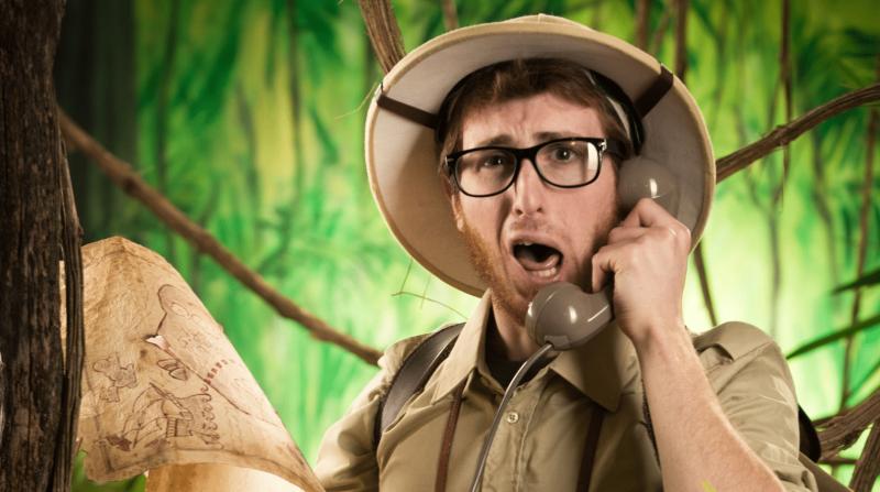 Smešni istraživač izgubljen u džungli razgovara telefonom